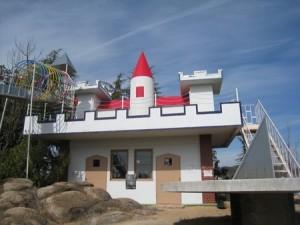 繝ローラーすべり台のスタート地点は山頂のお城